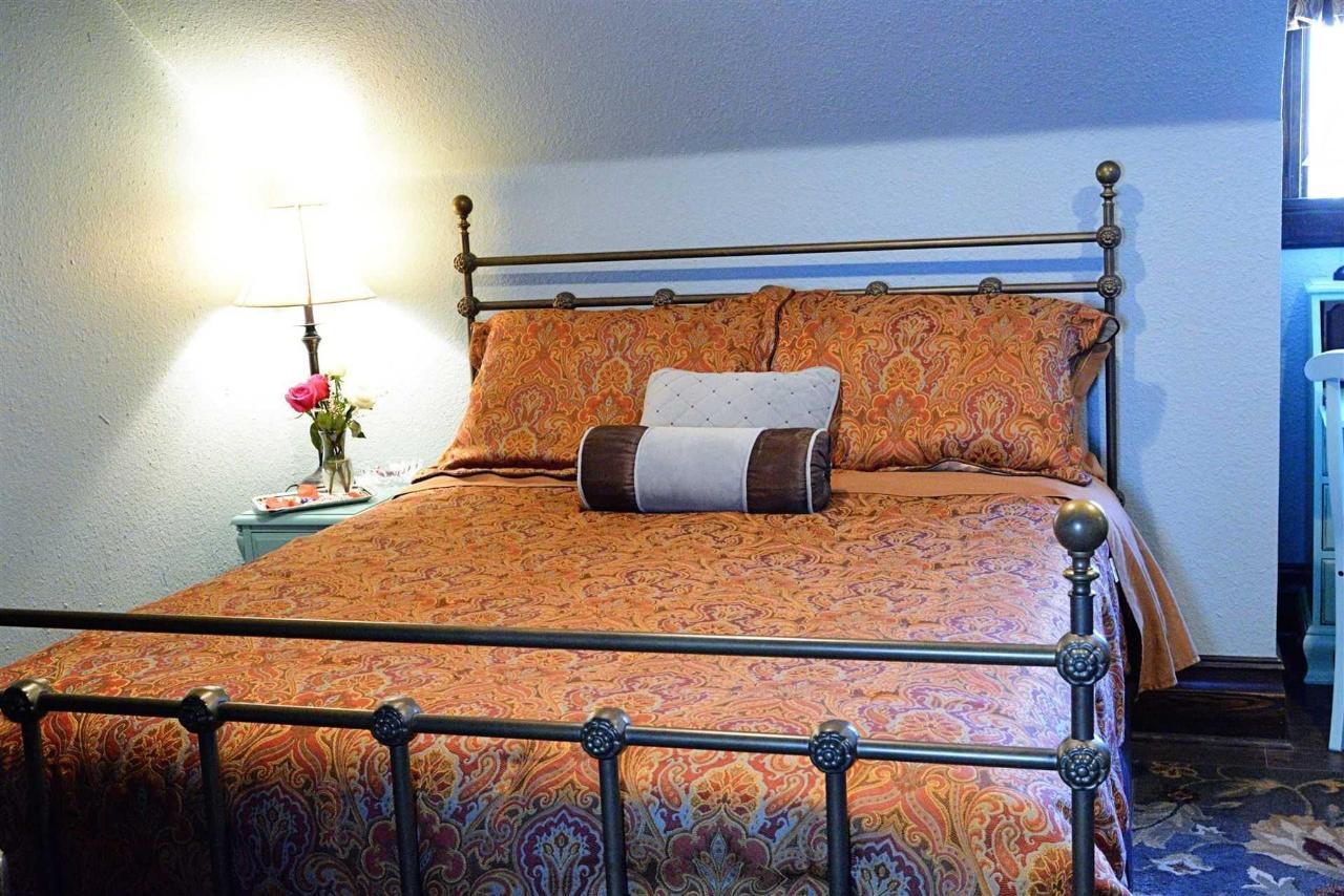 habitación de bluebonnet-queen-iron-bed-at-iron-horse-inn.jpg.1920x0.jpg