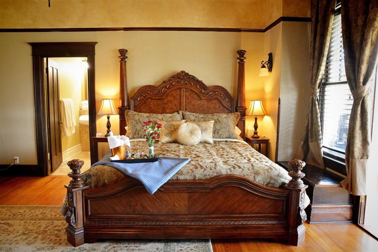 cogdell-suite-cuenta-con-majestuoso-cama-king-lujosamente-alicatado-baño-y-privado-sala-en-el-hierro-caballo-inn.jpg.1920x0.jpg