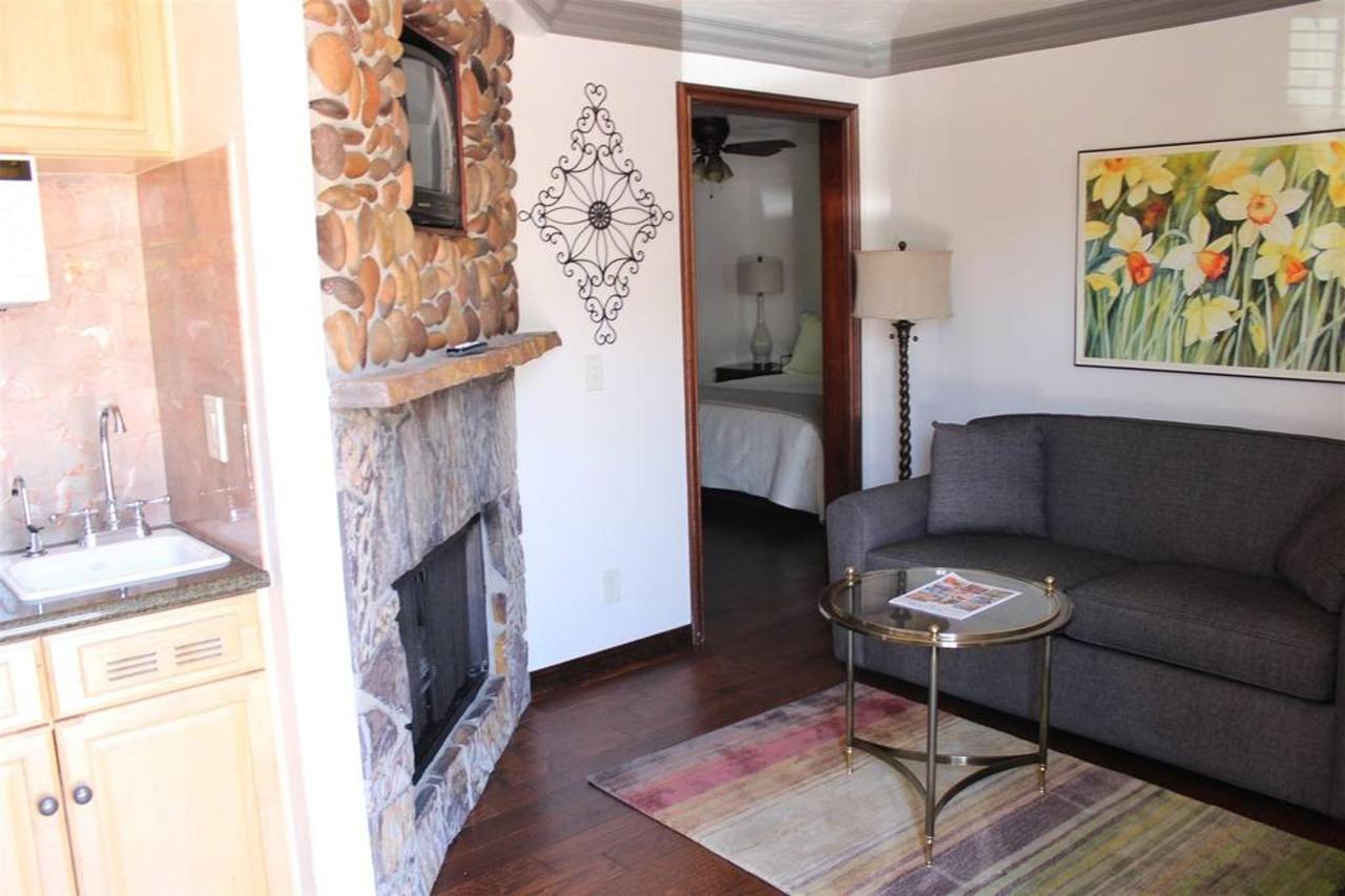 daffodil-rm-17-living-room.JPG.1024x0.JPG
