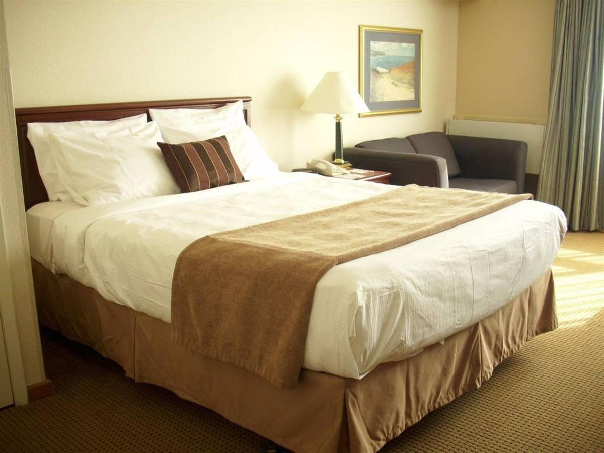 1 Queen Bed Harbourview Second Floor.JPG