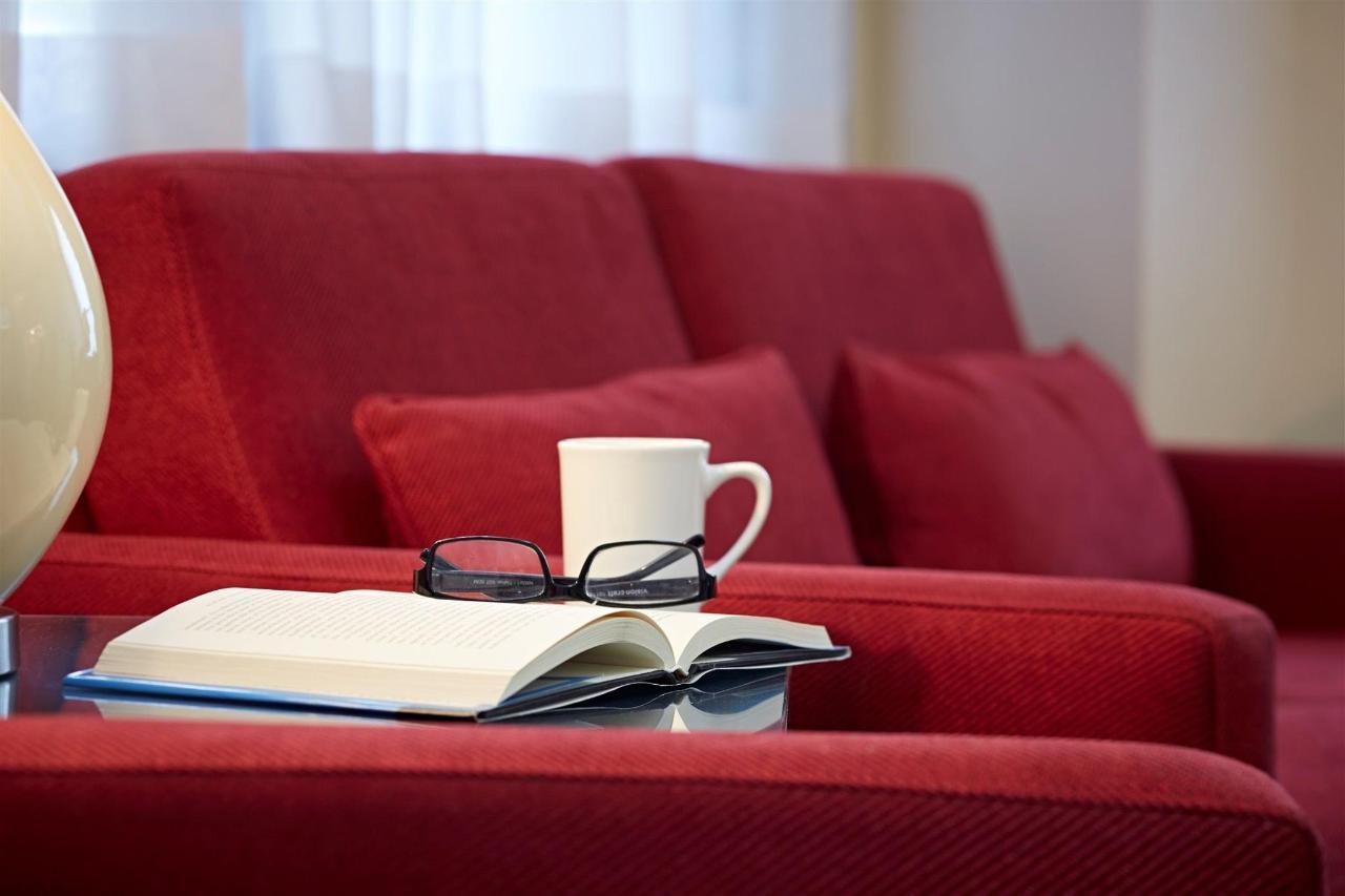 red-loveseat-et-livre.jpg