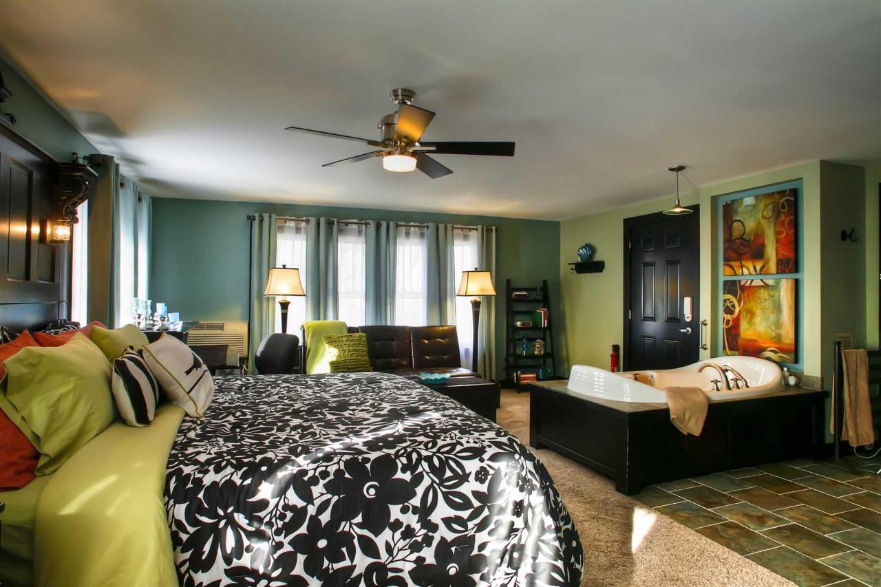 sbbh-bed-whirlpool-couch-wide-angle-fav1.jpg.1920x0.jpg