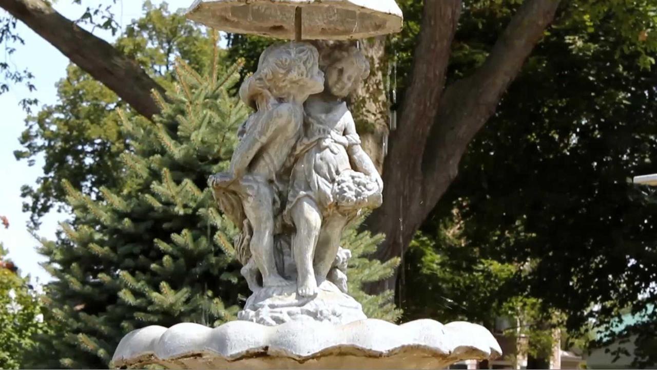 pss-outside-fountain.jpg.1920x0.jpg