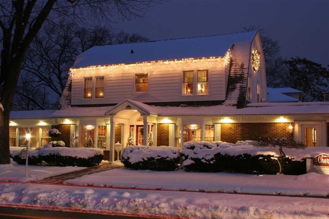 house-exterior-at-christmas.JPG.1920x0 (1).JPG