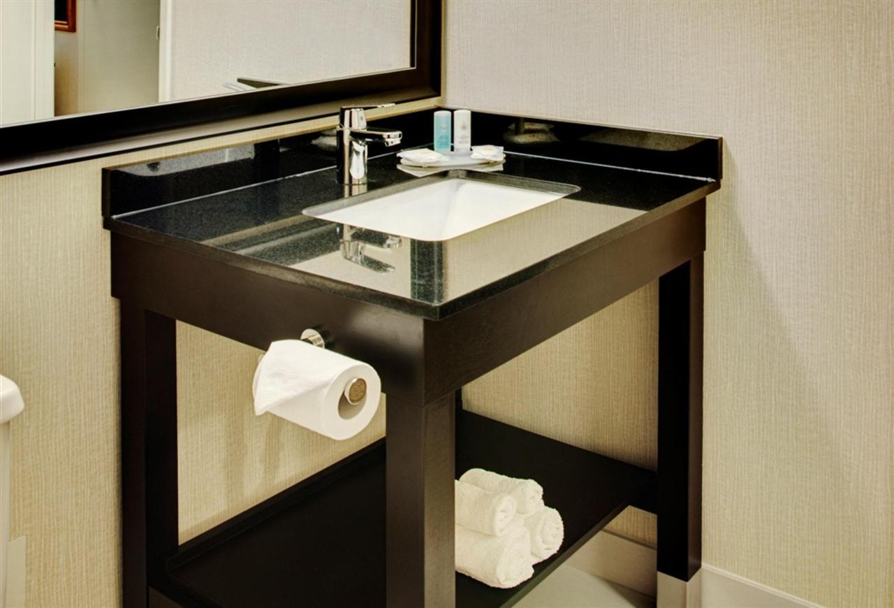 chambre-salle de bain-avec-new-granite-vanity.jpg.1024x0.jpg