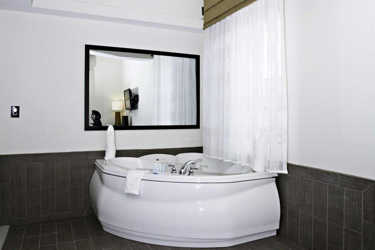 king_suite_tub_1.jpg.1920x0.jpg