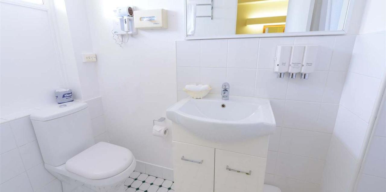 Standard_Queen_Plus_Single_bathroom.jpg