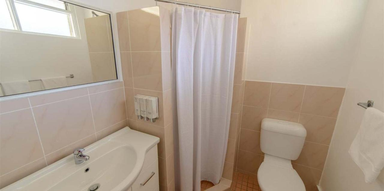 Deluxe_Queen_Plus_Single_Bathroom.jpg