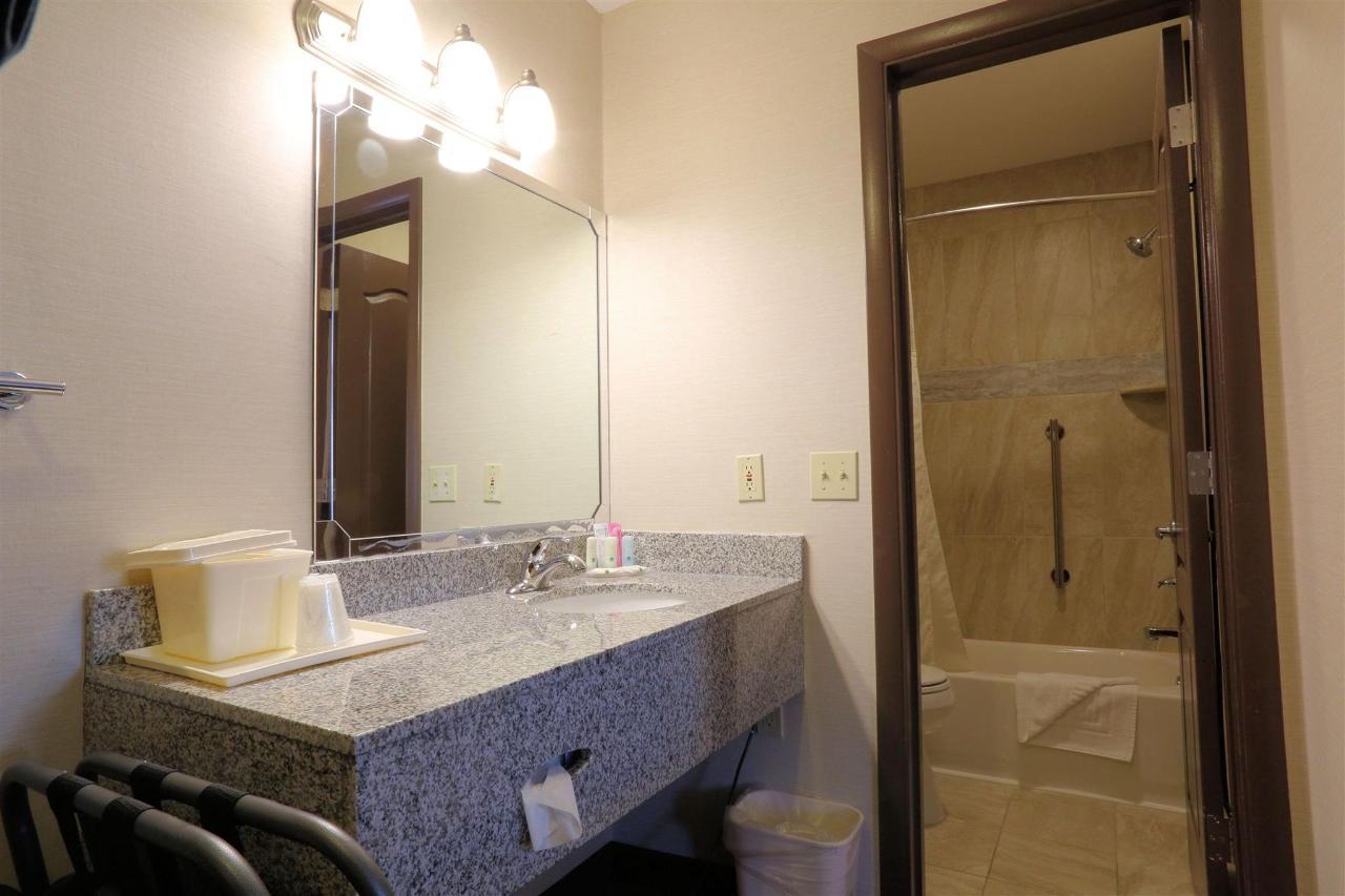 nkfp-338-vanity-bath-bright.jpg