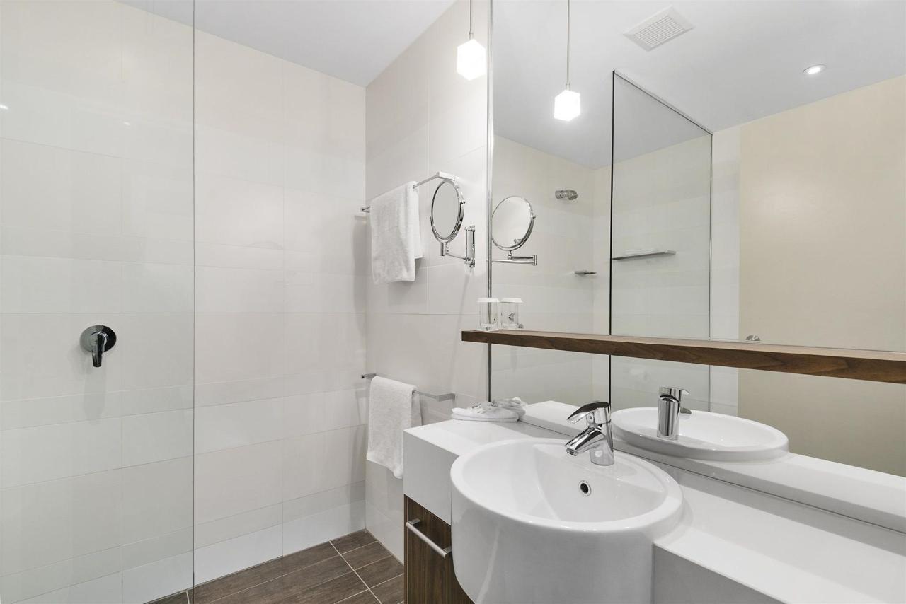 Deluxe Queen Single_Bathroom.jpg