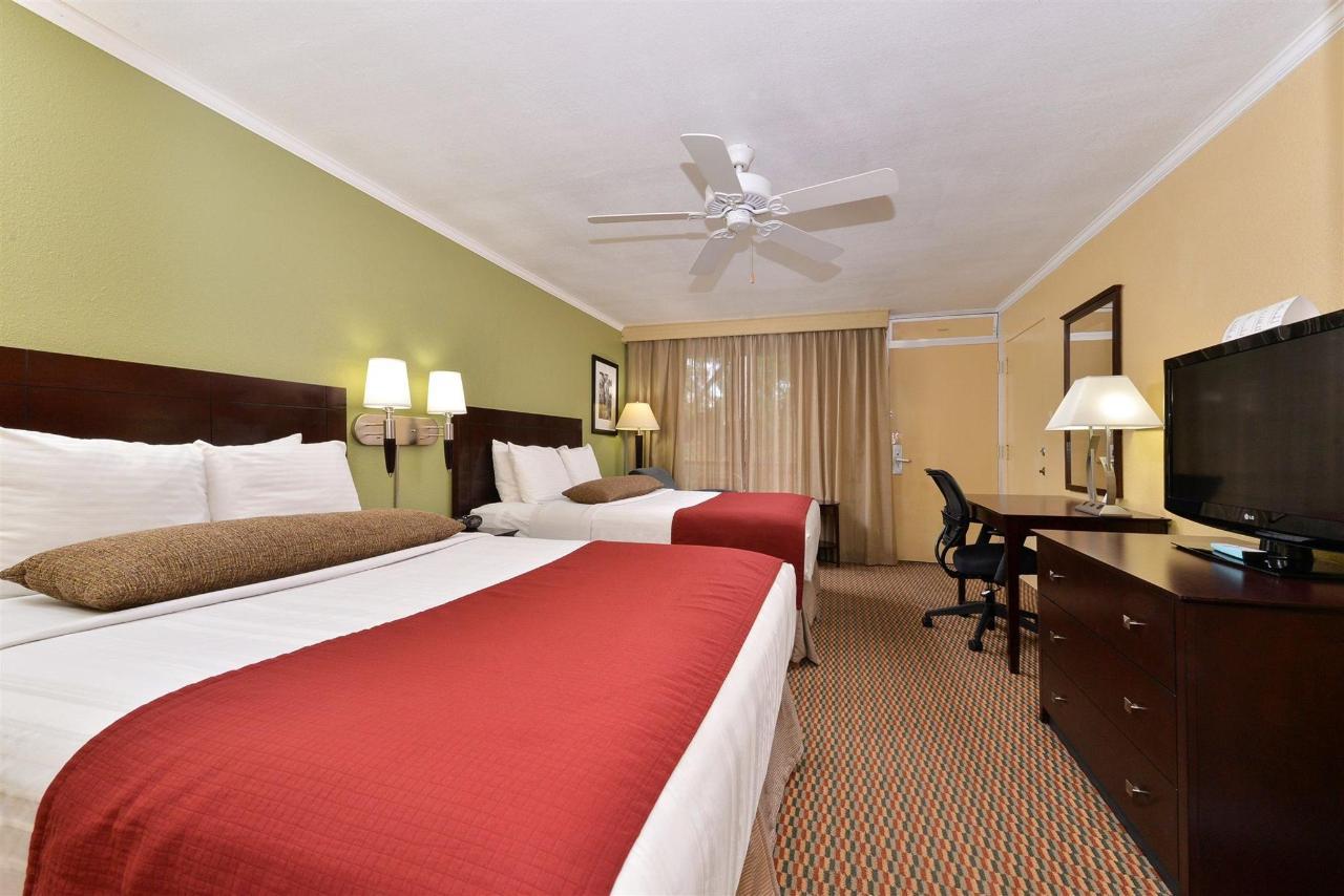 2 Queens Room (02).jpg