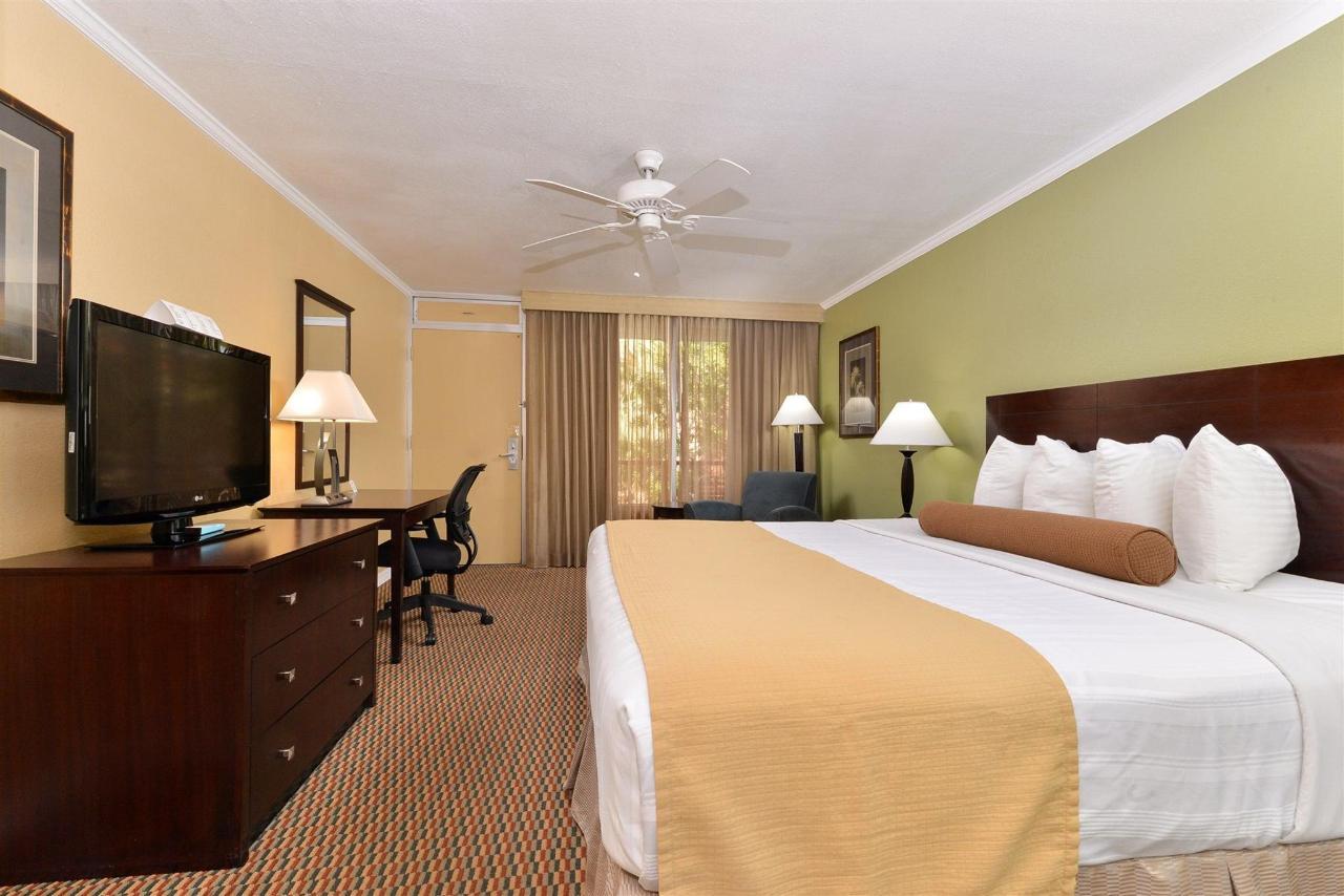 King Bed Room (02).jpg