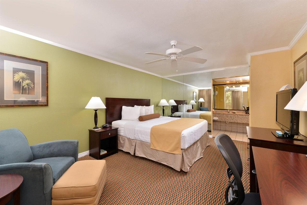 King Bed Room (04).jpg