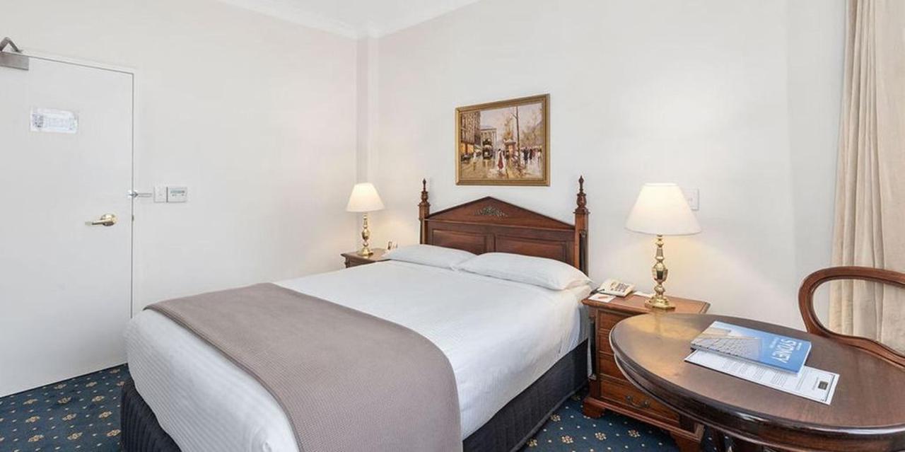 016_deluxe-room_castlereagh-boutique-hotel-sydney-cbd-accommodation-1.jpg.1024x0.jpg