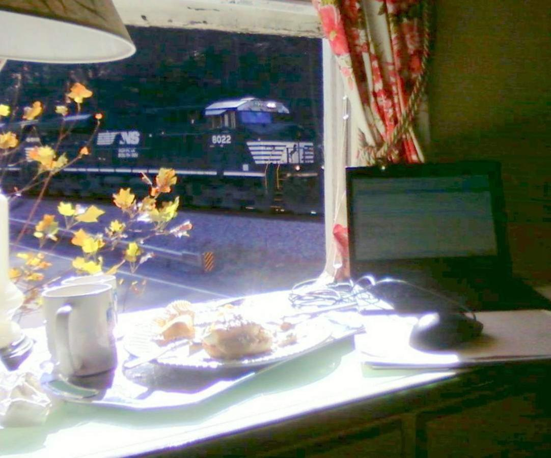 breakfast-and-trains.jpg.1080x0.jpg