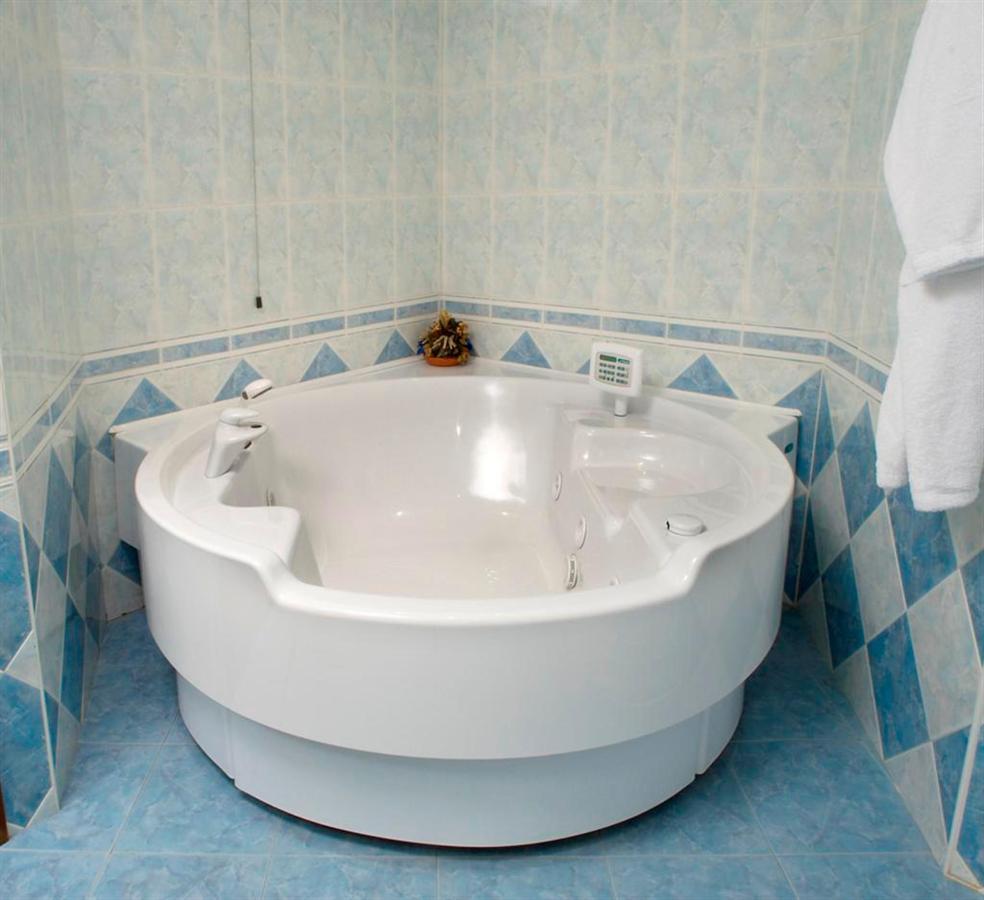 Bath suite1 (Large) .jpg