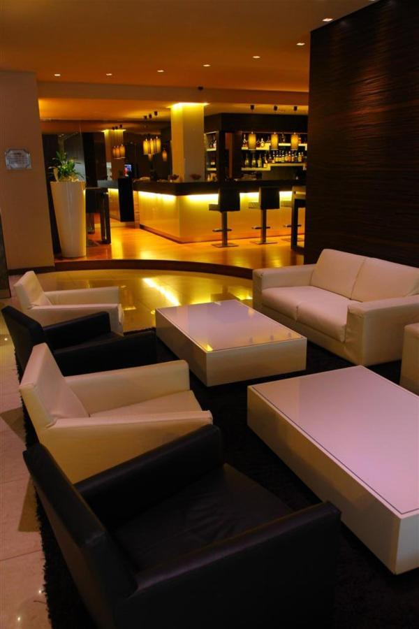 Bars und Sofas (Large) .JPG