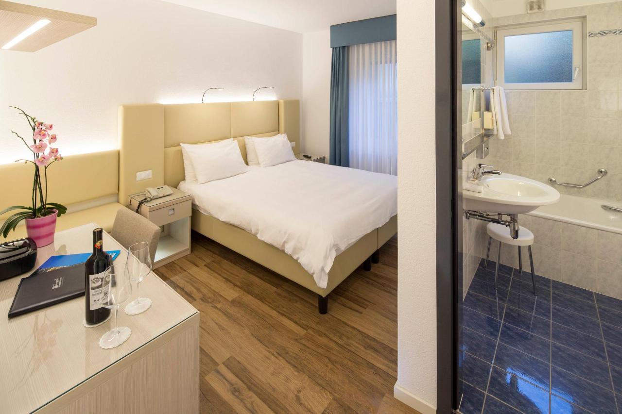 hotel-campione-bissone-camera-doppia-standard-con-bagno.jpg