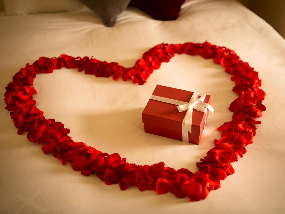 Bed Decoration with Heart -shaped Petals.jpg