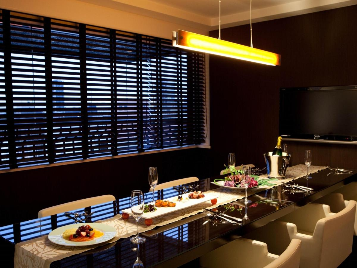 The Cross Suite - Dining.jpg