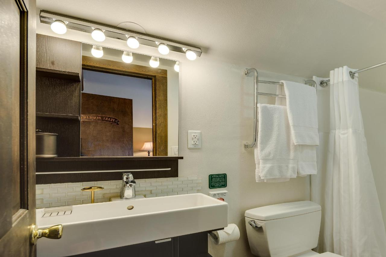 Peaks Panorama Bathroom.jpg