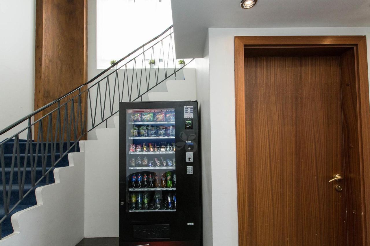 stairs--v17295514-2000.jpg