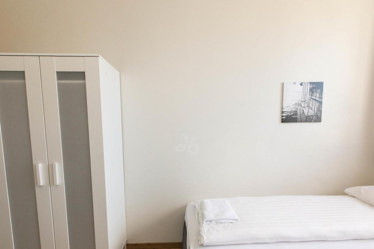 budget-studio-with-twin-beds--v17295584-2000.jpg