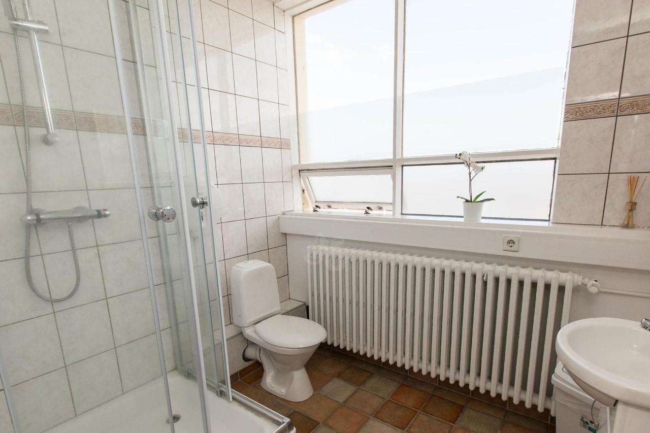 shared-bathrooms--v17295459-2000.jpg