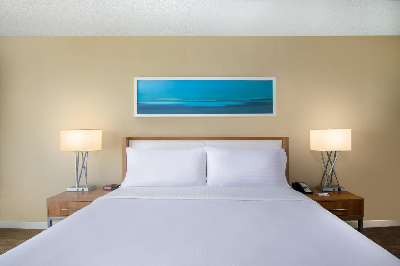 Aruba-Holiday-Inn-King-Beds-Angle-1.jpg