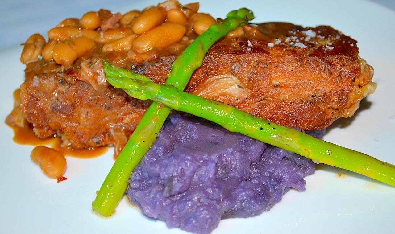 Plato - Pierna de Cordero Lechal Deshuesado con puré de patatas moradas y judias