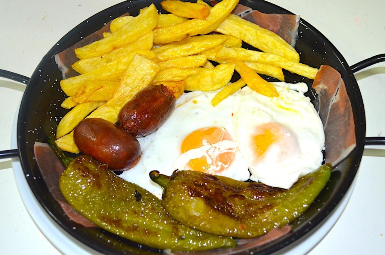 Plato - La Sartenada del Bandolero - huevos fritos, chorizo, pimientos, patatas fritas y jamón