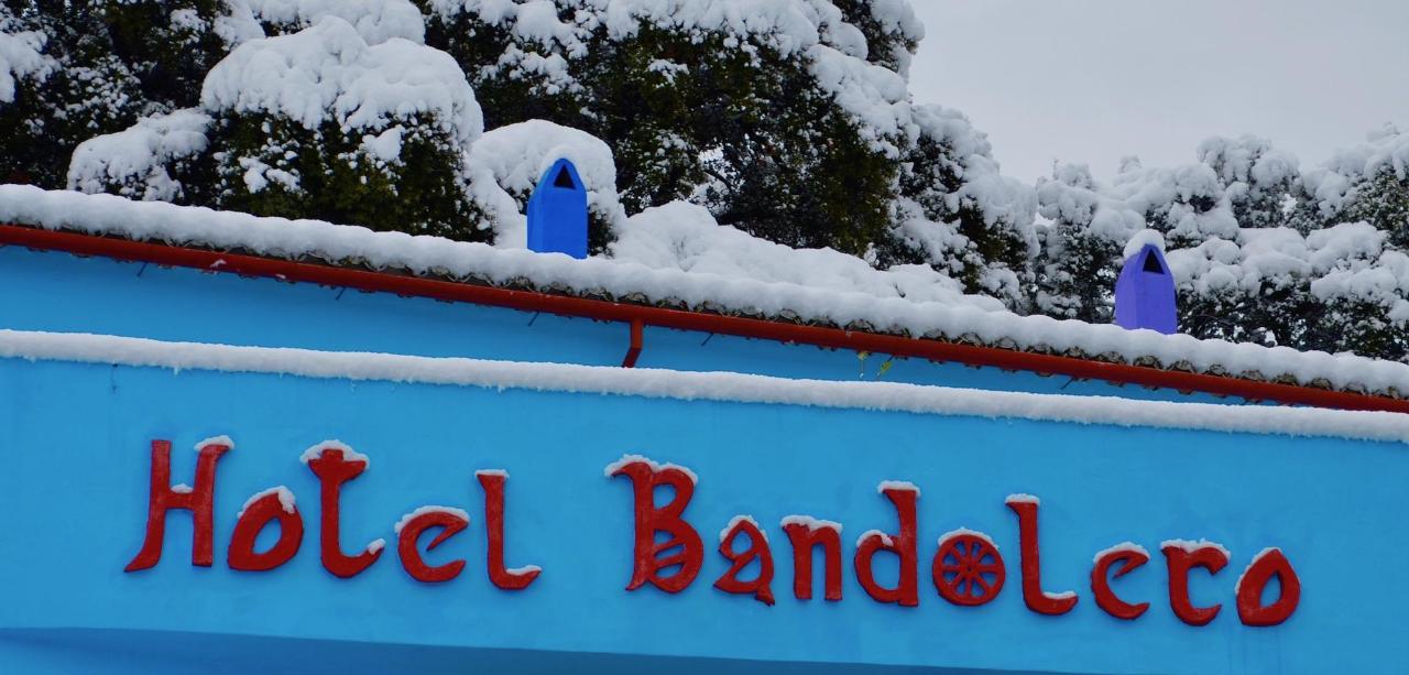 El nombre del Hotel Bandolero en rojo con nieves en enero 2017.
