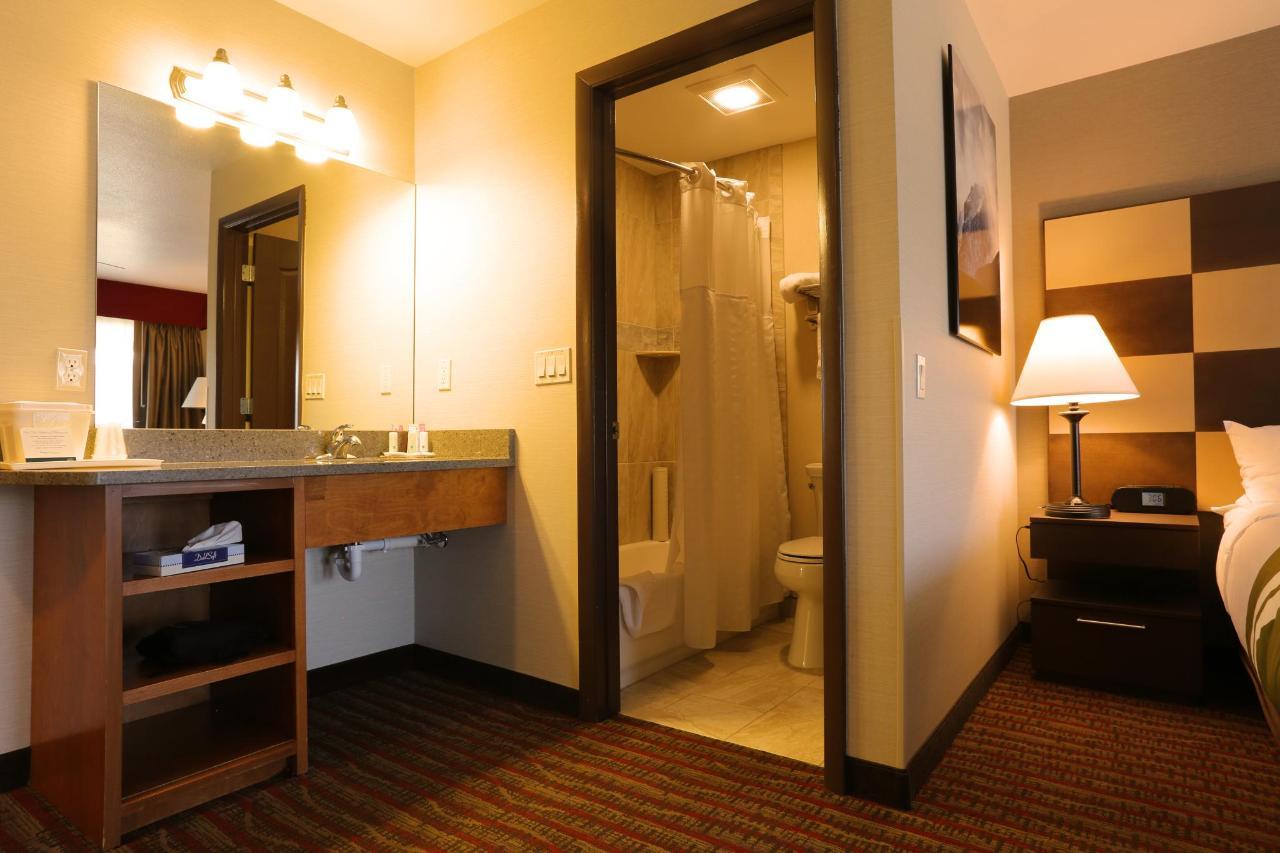 237 Vanity bath & end table view.jpg