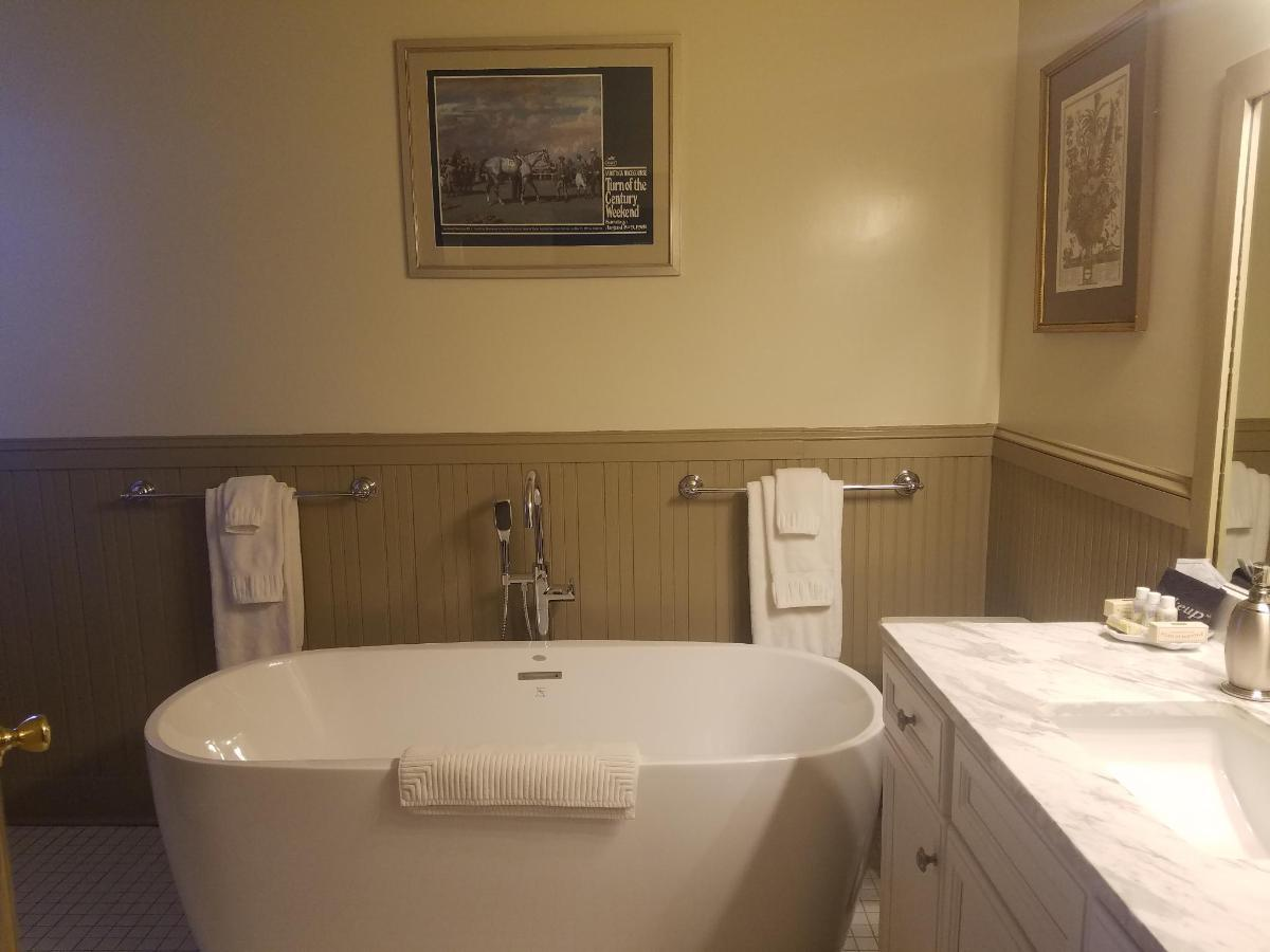 Union Gables Inn Jane room bathroom soaking tub