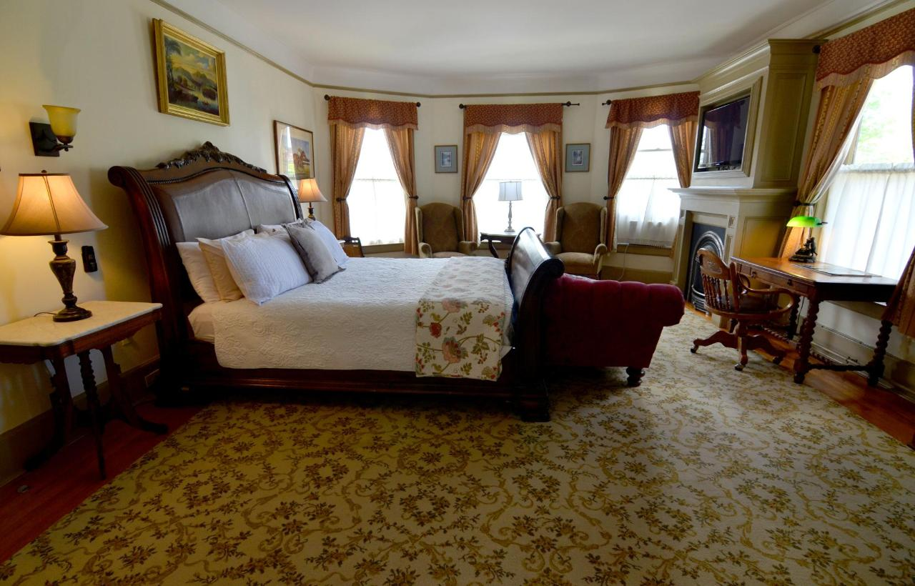 Union Gables Inn Edward room with king bed and fireplae