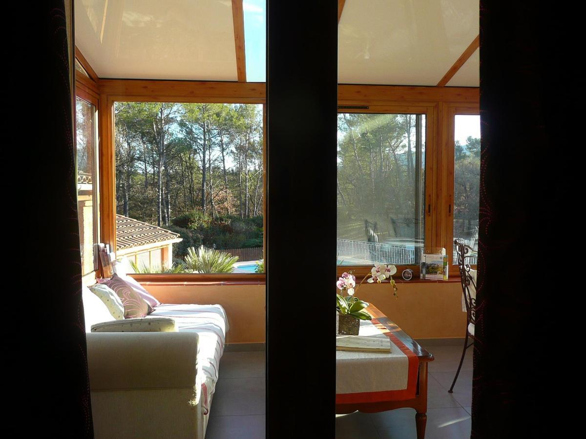 salon avec méridienne dans la véranda pour la chambre Cassis.jpg
