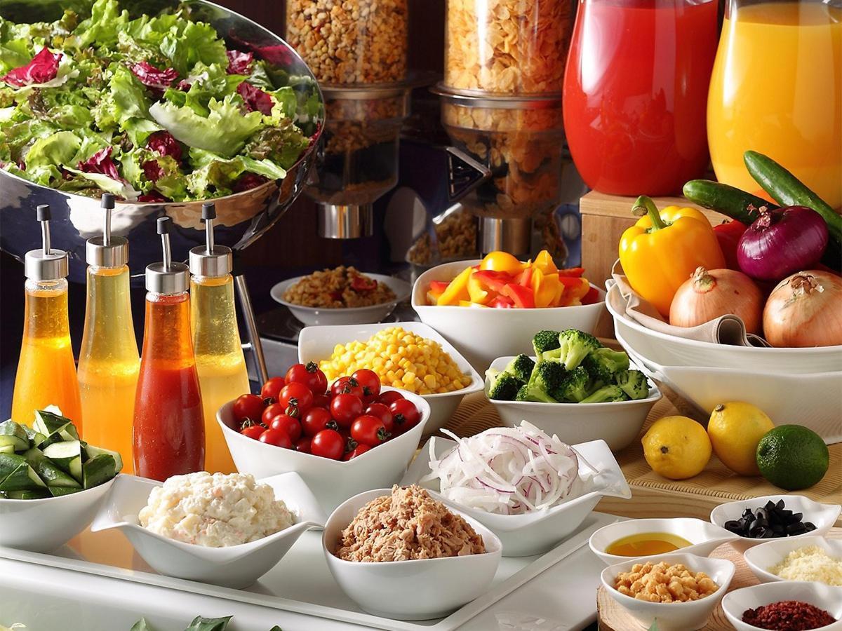 ホテルオリジナルドレッシングで食べるサラダ.jpg