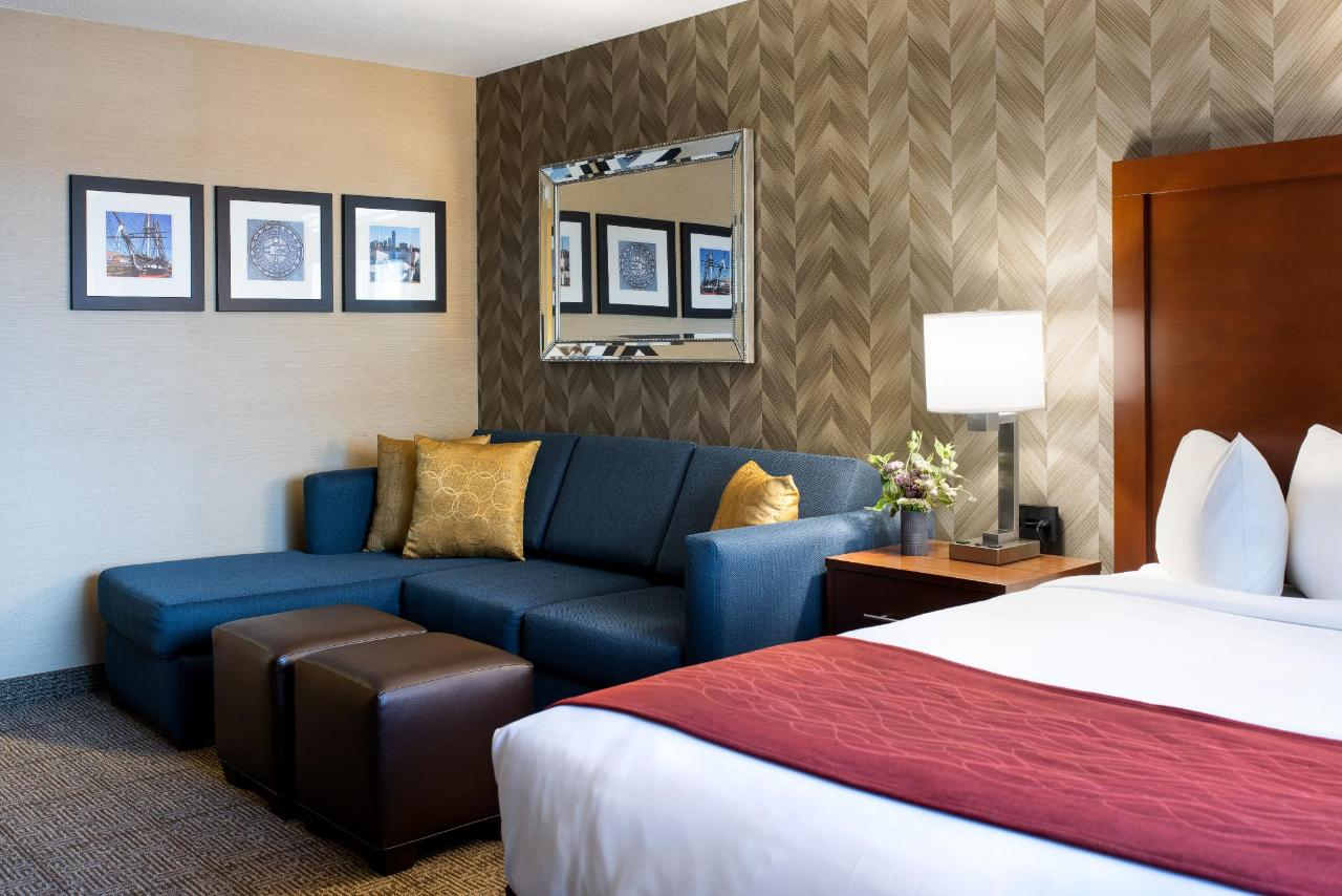Comfort Inn double Queen sitting area.jpg