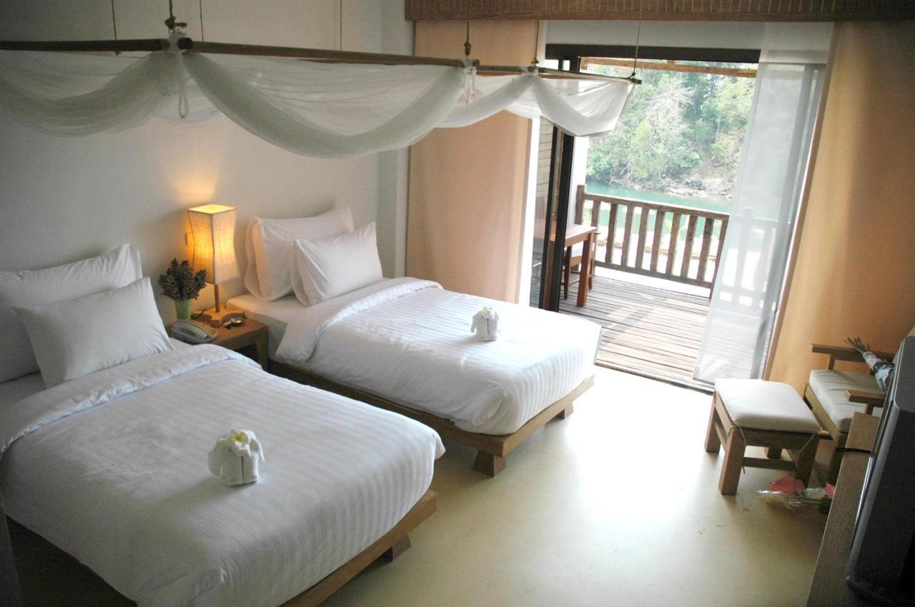 Deluxe Room 9.jpg