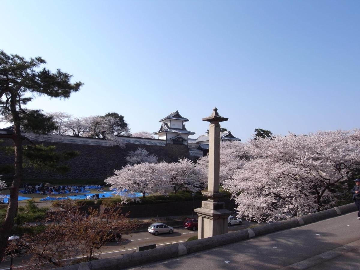 w金沢城と桜R0011855.JPG