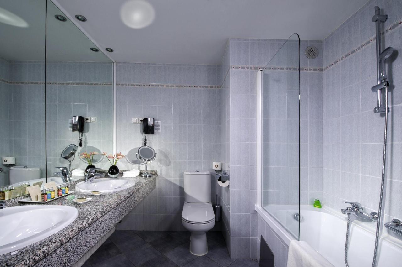 HotelSlon_ByZigaKoritnik2018_Corner Suite-bathroom.jpg