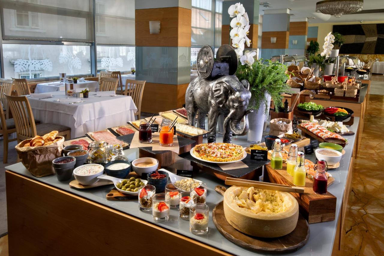 HotelSlon_ByZigaKoritnik2018_breakfast buffet-front.jpg
