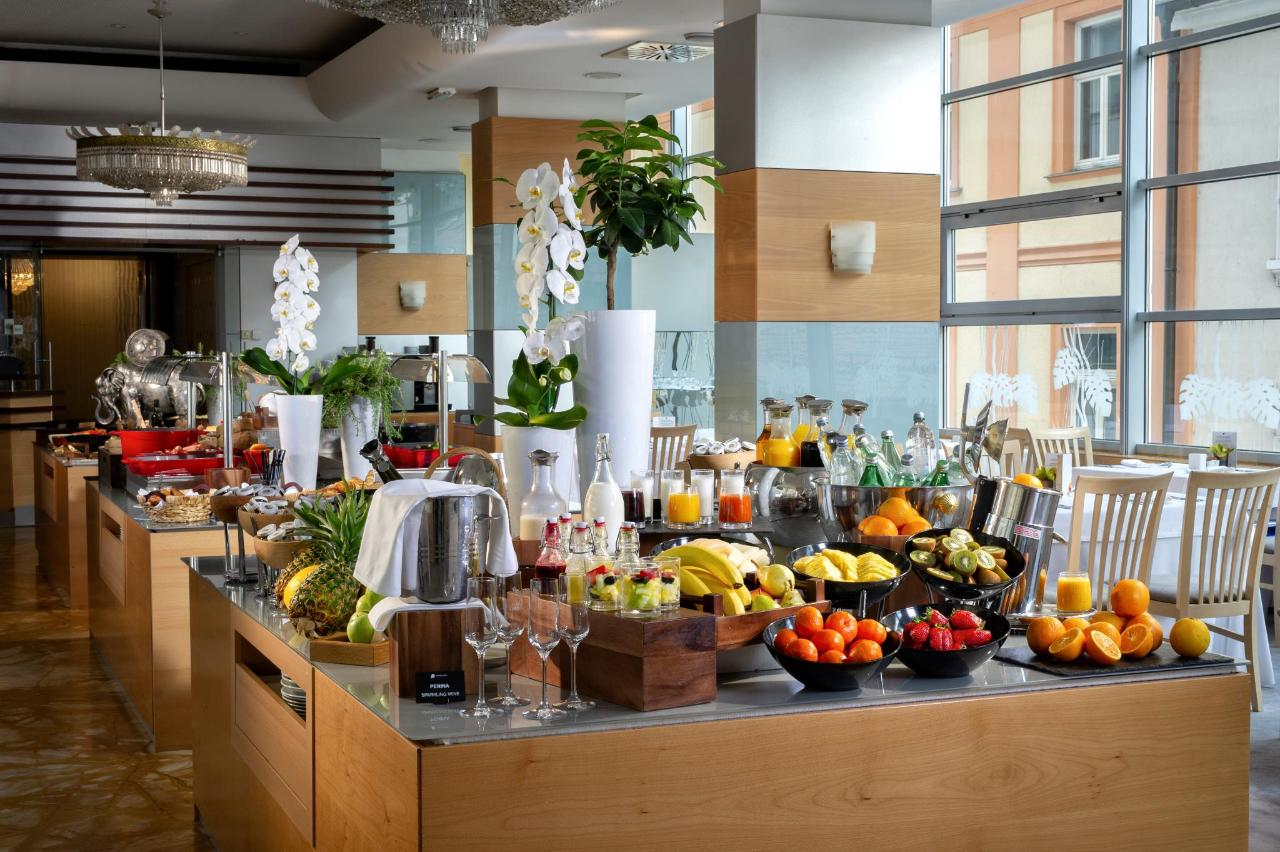 HotelSlon_ByZigaKoritnik2018_breakfast buffet-back.jpg