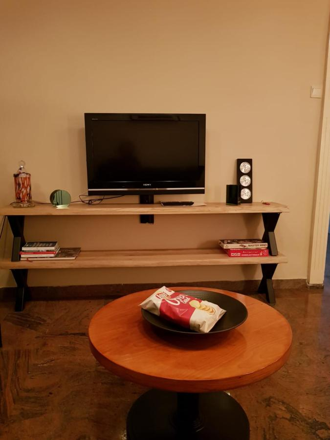 COMPACT APARTMENT TV SIDE