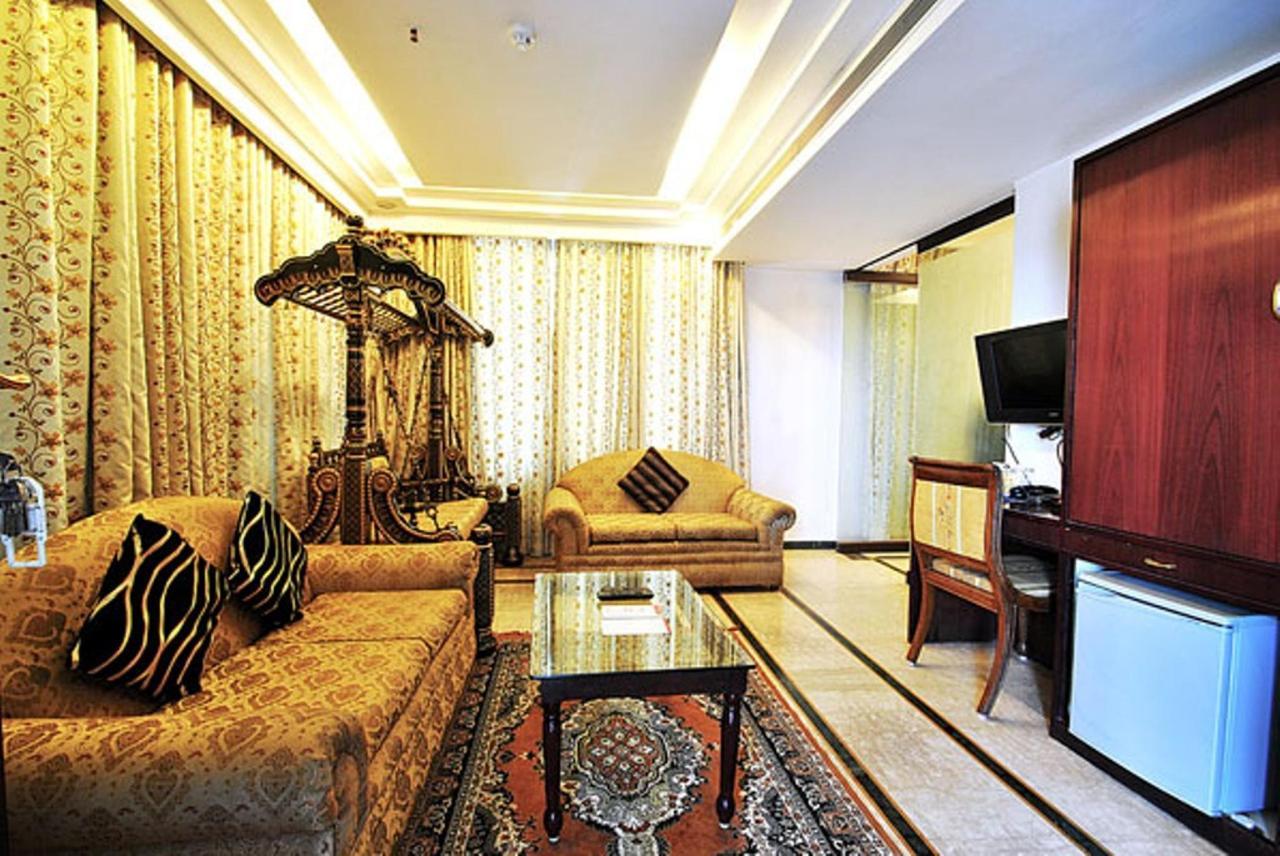 Suite Hallroom.jpg
