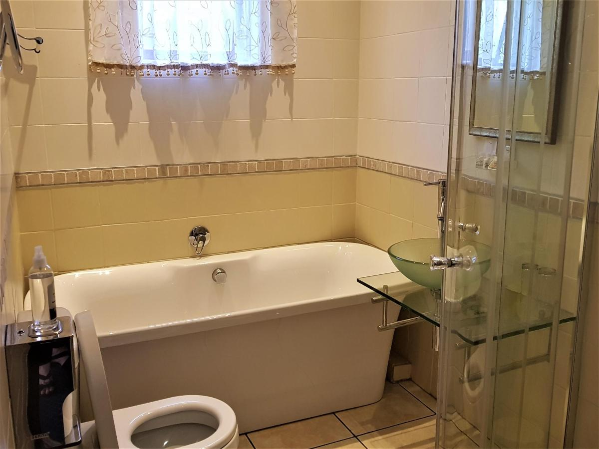 Bathroom Room 6.jpg