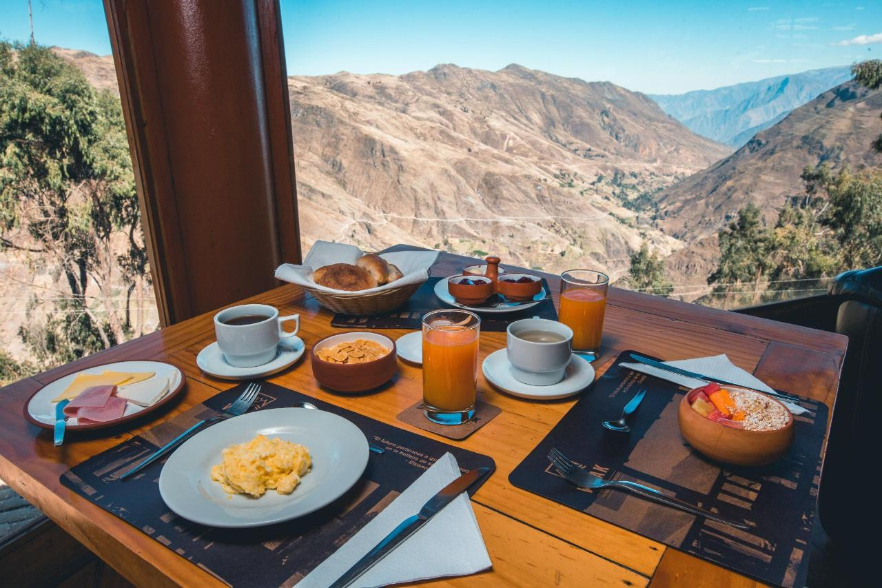 Desayuno con vista a las montañas