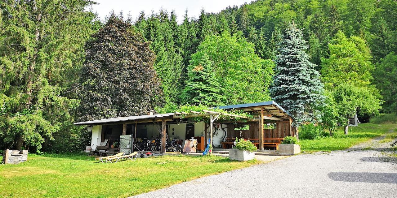 4 Überdachte Motorradunterstellplätze Bikerhotel Enzianbrenner.jpg