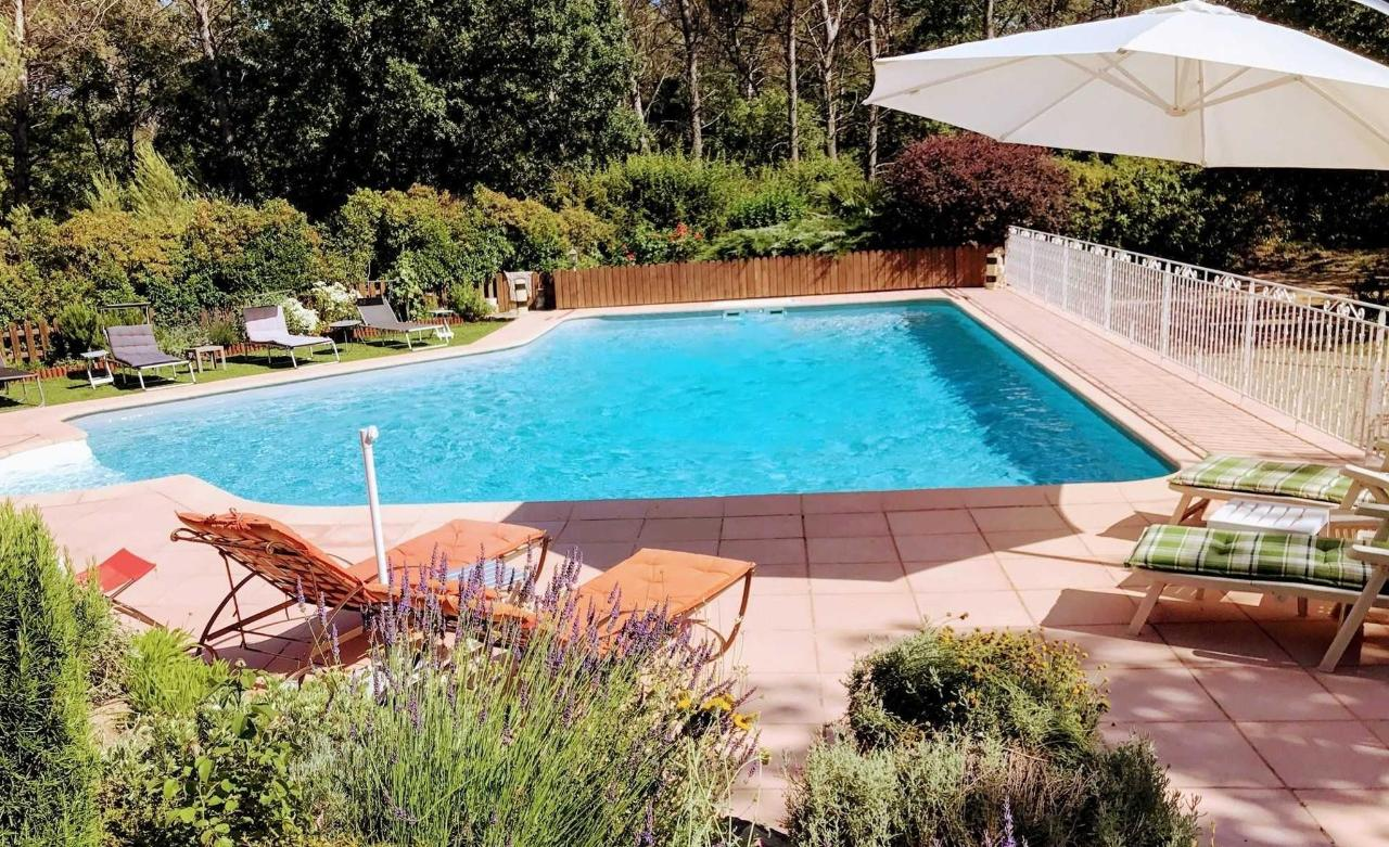 Villa Victoria Aix en Provence別墅,由籬笆圍成的溫水游泳池
