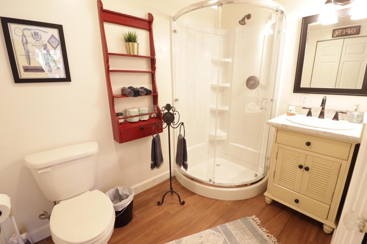 Le Petite Bahtroom.JPG